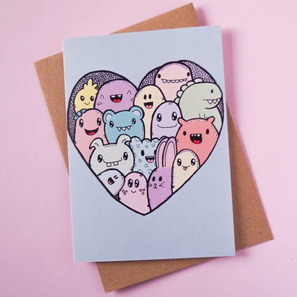 Gevouwen kaart met grappige monsters in de vorm van een hart